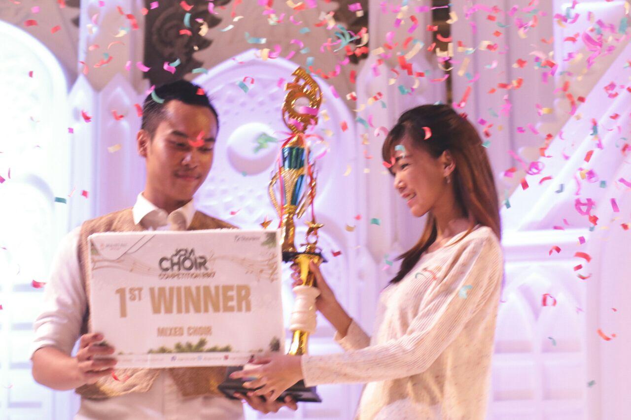 Perwakilan_Jogja_City_Mall,_Claudia_Varinda_menyerahkan_trophy_kepada_pemenang_JCM_Choir_Competition.jpeg
