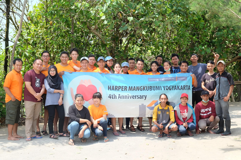 Selamatkan_ekosistem_pesisir,_Harper_Mangkubumi_Yogyakarta_melakukan_aksi_tanam_400_bibit_pohon_Mangrove_(1).JPG