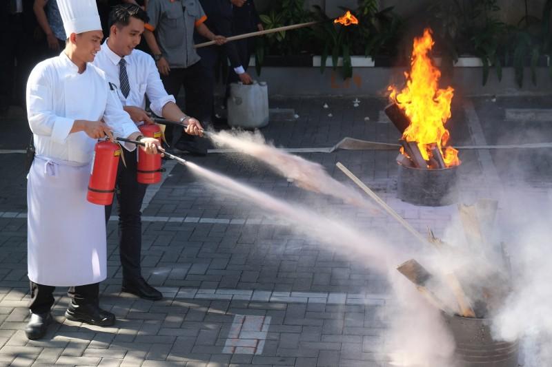 Pelatihan Fire Drill dan Emergency Response Team Harper Mangkubumi Yogyakarta