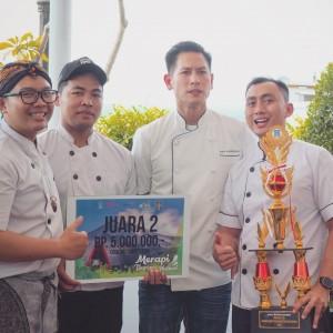 Team_Harper_Mangkubumi_yang_dipimpin_oleh_Executive_Sous_Chef,_Agus_Prastyo_berfoto_bersama_Chef_Juna_saat_penerimaan_hadiah.JPG
